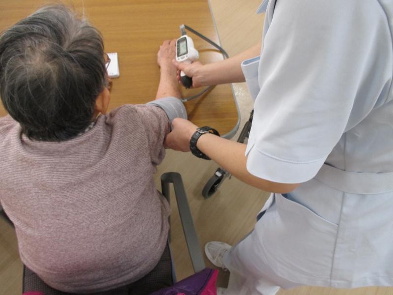 看護師による血圧測定