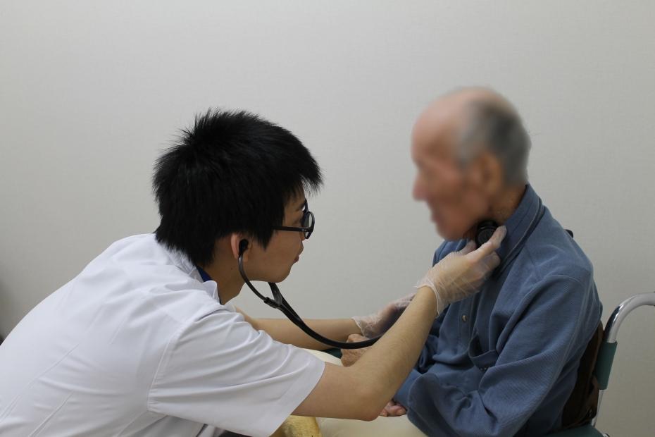 聴診で嚥下音を確認しています